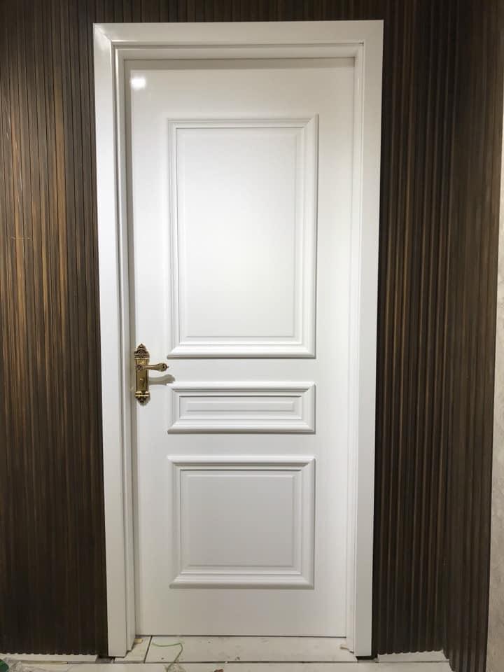 Mẫu cửa màu trắng được làm từ gỗ nhựa composite chắc chắn , bền đẹp